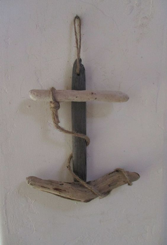 ancre marine accroché au mur réalisée en bois