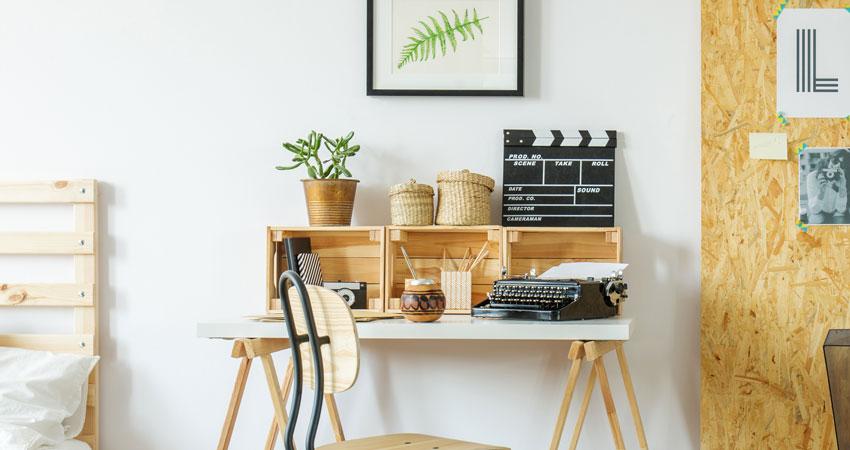 3 caisses en bois sur bureau