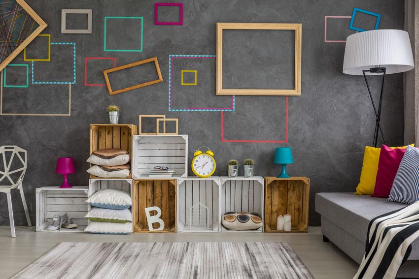 meuble composé de caisses en bois dans le salon