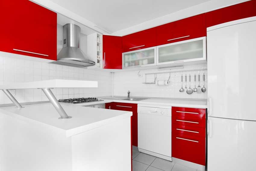 Cuisine moderne blanche et rouge.