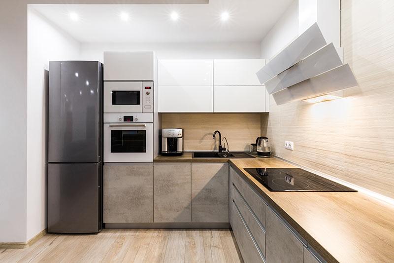 Petite cuisine aménagée avec style.