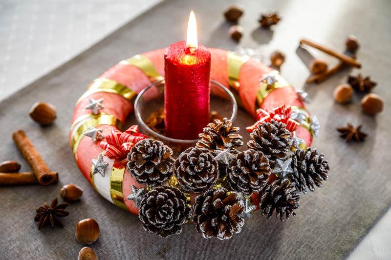Porte-bougies Noël DIY avec pommes de pin.