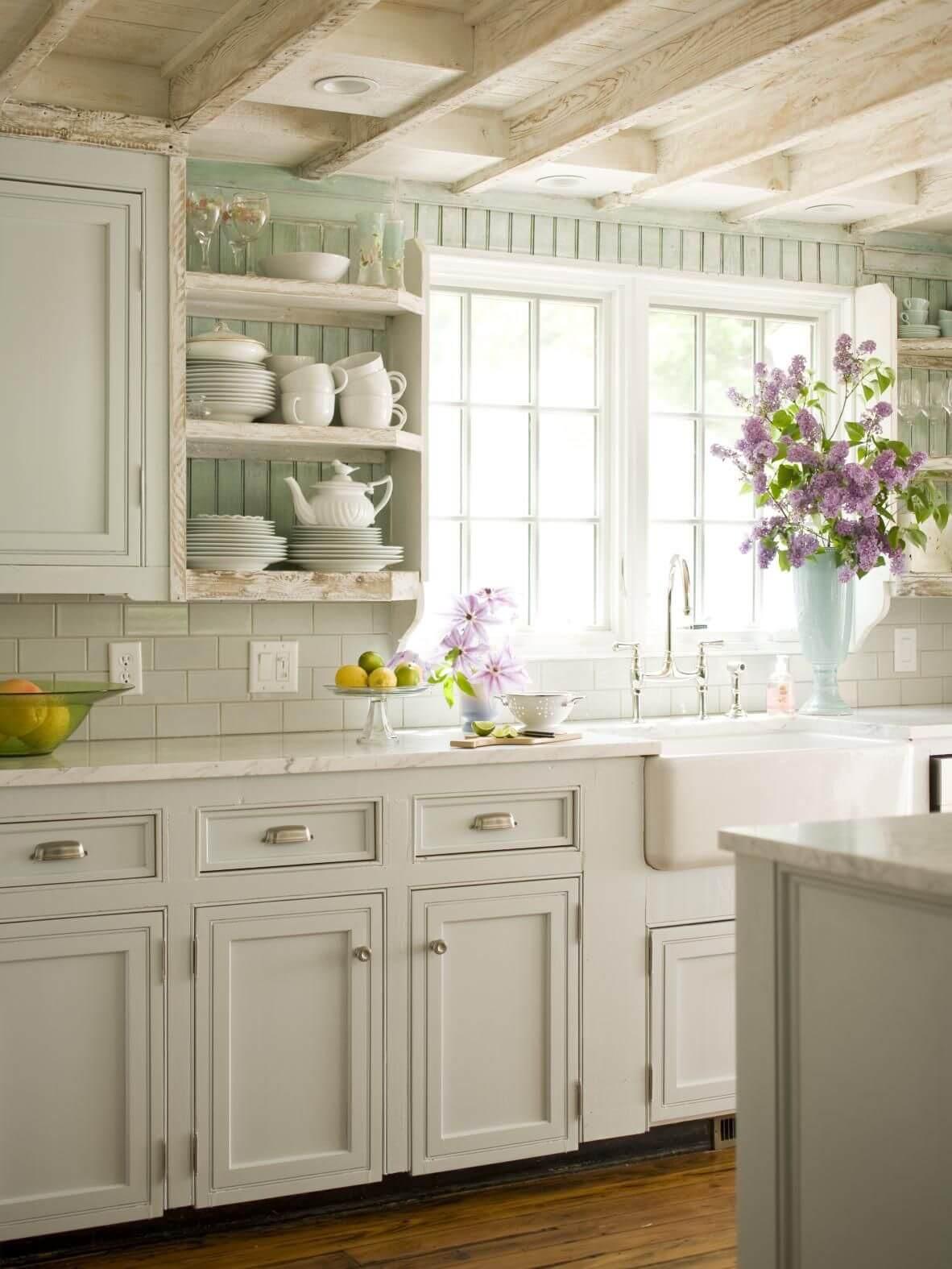 Cuisine style provençal blanche et verre menthe.