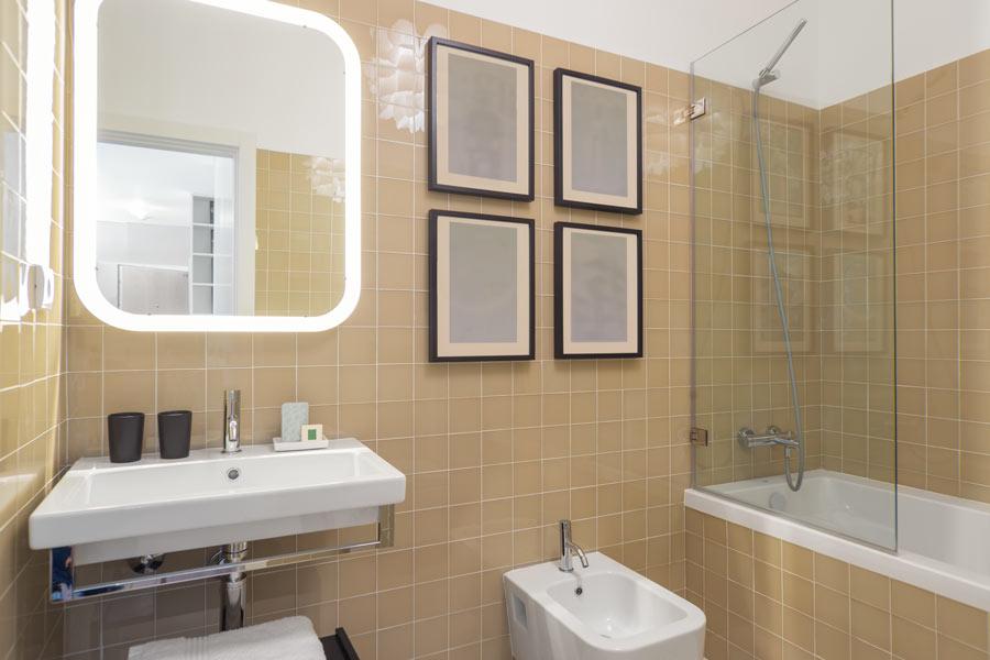 Petite salle de bain bien agencée.