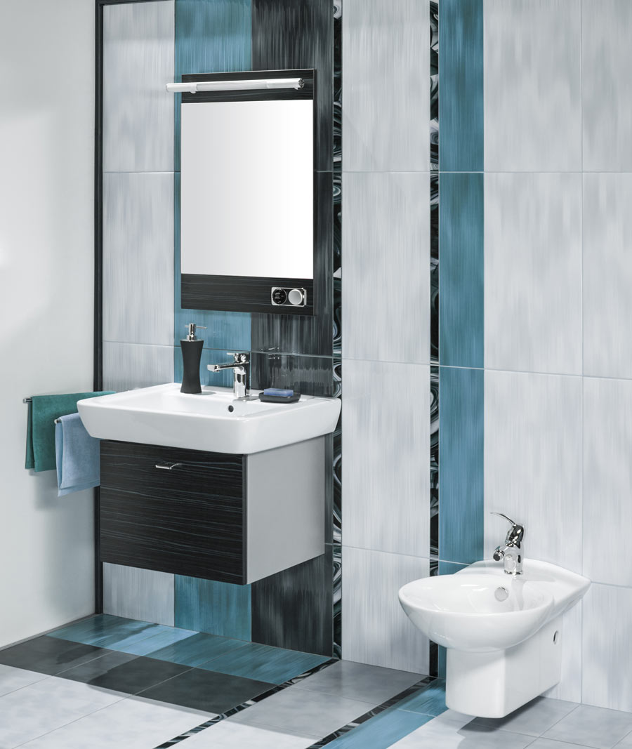Petite salle de bain moderne colorée.