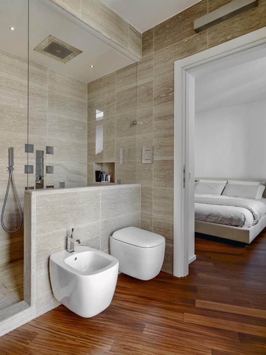 Agencement d'une petite salle de bain avec douche dans la chambre à coucher.