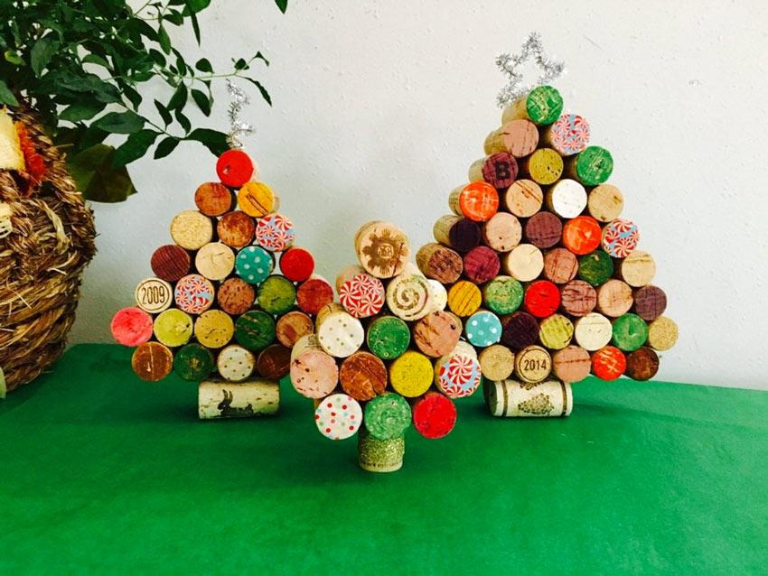 Petits sapins de Noël réaliser avec des bouchons en liège recylcés.